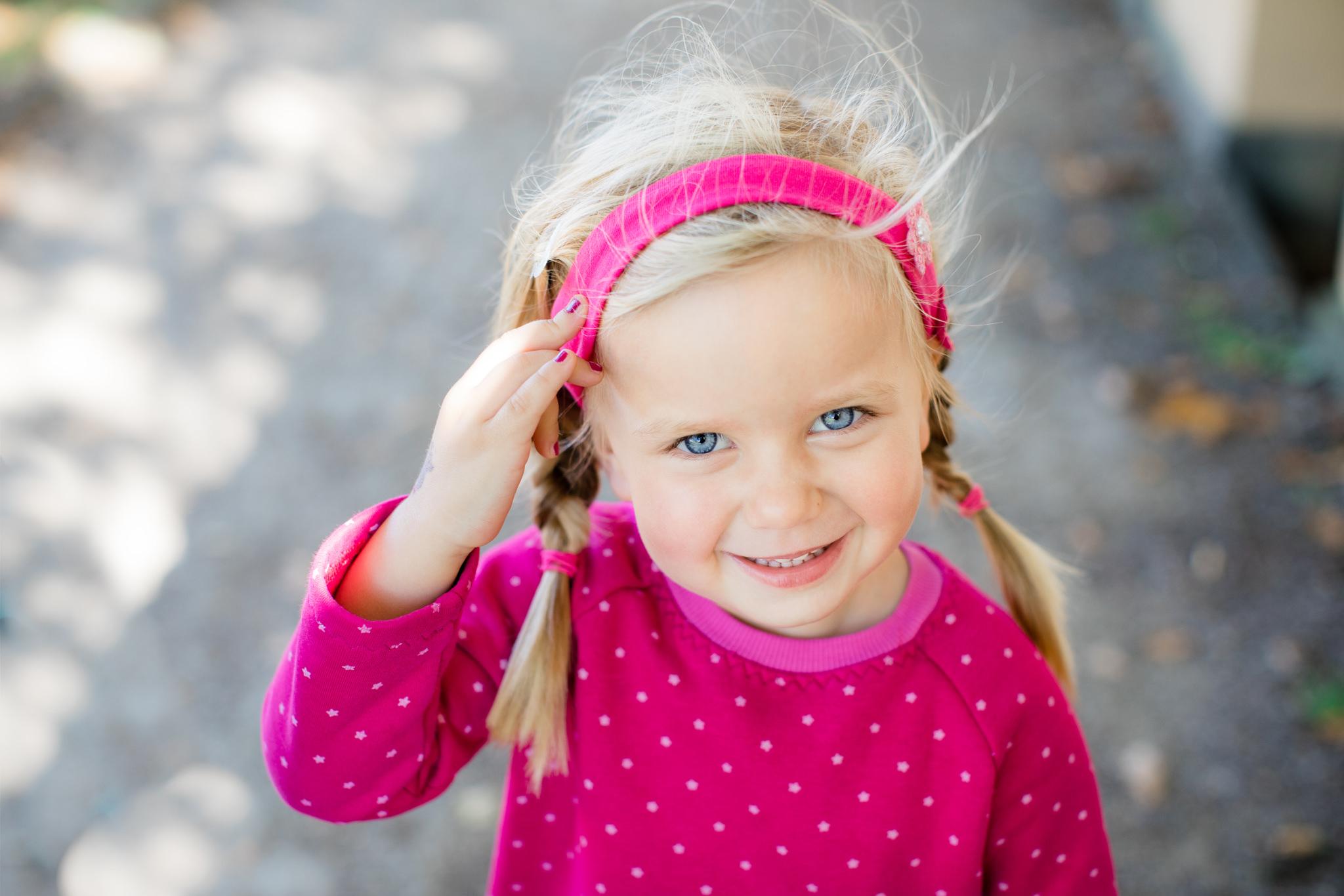 Natürliches Kinderfoto an der frischen Luft - ungestellt und natürlich.